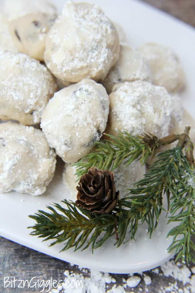 a plate of snowball cookies